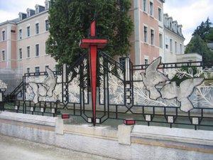 Les_grilles_de_la_paix_du_square_2