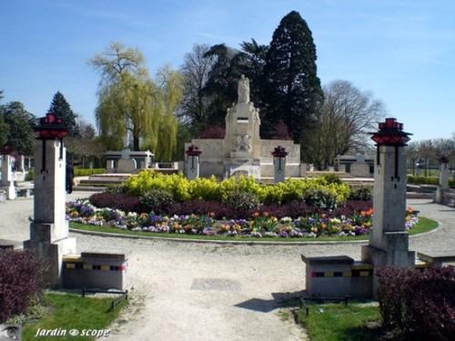 Le_monument_dans_son_jardin_oeuvr_2