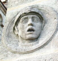 Quinsac en Gironde : Medaillon en haut du monument